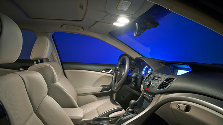 X-tremeVision LED 6 000 K inside a car